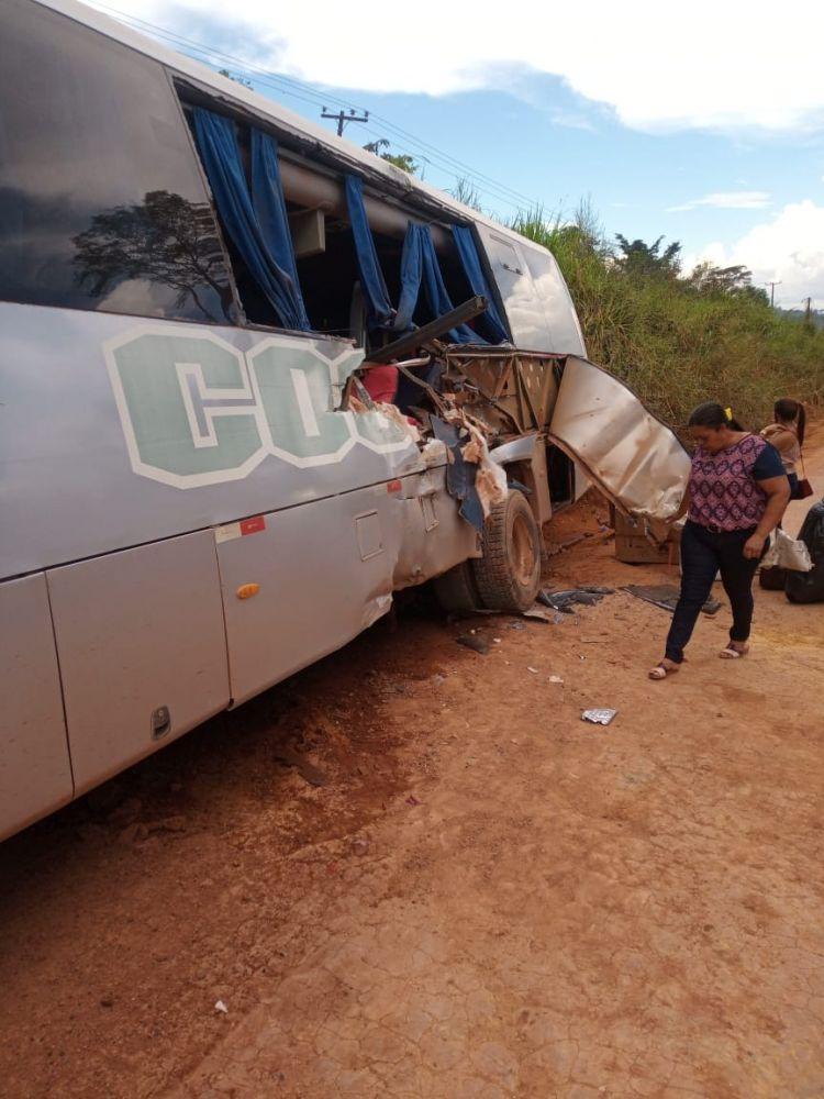 Foto: Micro-ônibus após a batida/Redes sociais